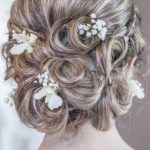Confetto n° 19. Acconciatura da sposa: tra preziosi cristalli e fiori profumati